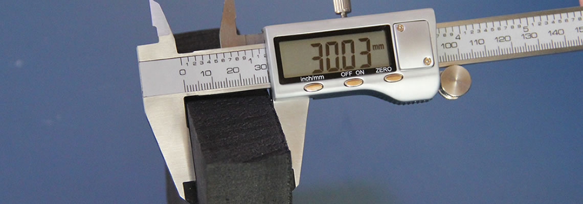 A piece of polyethylene closed-cell foam plate is tested the thickness with a vernier caliper.